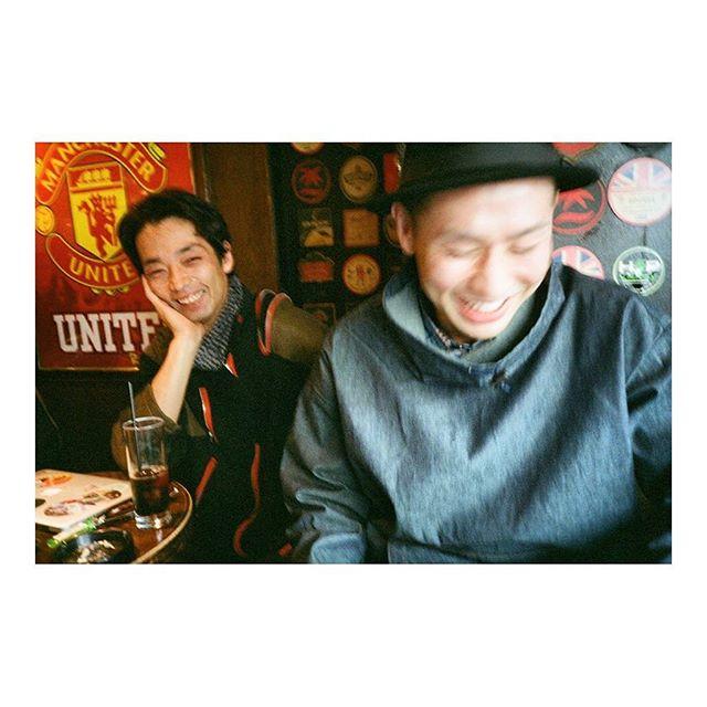 .前回の作戦会議中のおふたり、その二。.真剣なお話の中の、貴重な?笑顔!.こっそりしっかりパシャり。photo by @honoohno .#kyukakuushio #きゅうかくうしお #photo #辻本知彦 #森山未來