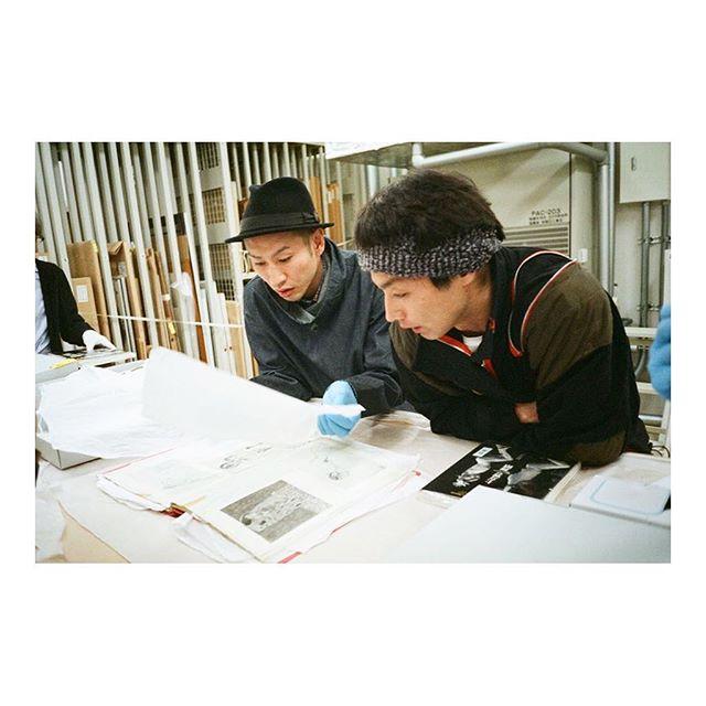.皆さまホームページには遊びに来ていただけましたでしょうか?:) .前回のミーティングの時の、お二人の、ひとコマ。photo by @honoohno .#kyukakuushio #photo #辻本知彦 #森山未來 #きゅうかくうしお