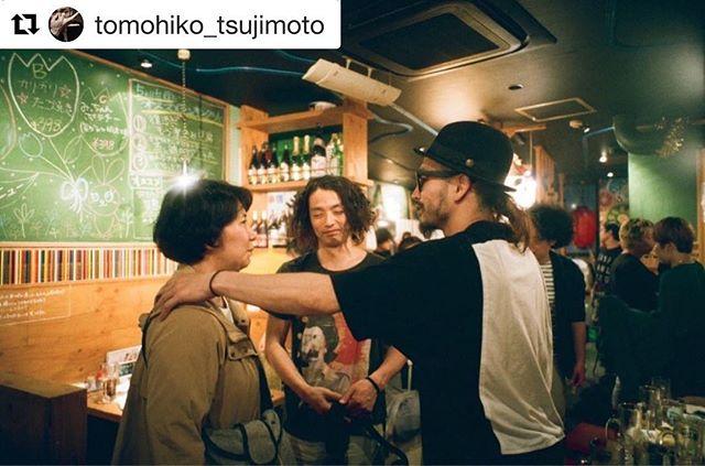 辻本さんお誕生日おめでとうございます。.#Repost @tomohiko_tsujimoto with @get_repost・・・8歳ぐらいのときかな死について考えることがありました胸が締め付けられて深く深く永遠に寝ている状態が続くと思ったら怖くなり泣いてしまいました。それ以来それを思い出すとどいうしようもなく深く怯えてしまうの日が続きました子供の早い段階でとてもとても深い恐怖を学んだのだと思います。物事全てにおいて死を隣り合わせに考えた結果僕をここまで突き動かせてくれたのだと思います。産まれた瞬間から死に向かっている、いろいろなことを覚え、忘れていく何よりも家族というものがこの世からいなくなるのを想像したときは悲しくていつも同じ場所で思い出してしまいました。水の音が水面を叩く音でその死の真っ暗闇で起きることない世界を想像してしまいました。今一緒に生きている人、日本ではいま平均80歳生きてこの世を去るいつの時代の人達も今のいまが最良でありますようにまたそうあればといいなと思いを馳せます現在はなんという時代なのだろうか少し前の僕にはこんな時代が想像できただろうか未来はすごいこの先何十年も見ておきたったよでもこれが人の限りある命の中で生きることなんだと、死んで花実が咲くことかこの言葉は僕の親友が亡くなった時にずっと口ずさんでた言葉です。夢は見るもの、叶えるものこれはお母さんの言葉です (笑)人の心の中には天使と悪魔が存在して少しの割合で天使が勝るこの教えはインドネシアのケチャダンスの言葉です世界の均衡が崩れているのを肌を持って感じます。未来が自然豊かで綺麗なう海や山になっていくことが小さい頃の僕が想像する未来のあるべき姿だと思っていました世界が未来に向けて綺麗になりますようにこれは僕の願いですこんな僕でもここまで世界のことを考えれるようになりましたありがとう。(誰かに)時代よ俺についてこい、、、 この言葉は中学の体育の先生のTシャツに書いていた言葉です(笑)同じ時代に生きる人たちへ最悪な時代だよね、とてもいい時代だよね、凄い時代だよね。最後に中学の国語の先生の問いです宇宙に一番端っここの先もうないよーていうところに壁があるとしますあるとしたら、その壁の向こうには何があるのだろうか?? 宇宙は謎に満ちている、凄い本当に、、なぜ産まれて生きているのだろうか?その壁の先の世界と僕の死後は同じだな未来は自然豊かで綺麗な海や山になっていくことが僕が想像する未来へ向かっていくことだと思っていましたなので僕たちの子供がかわいそう、こう考えると自分がこの世を去る時自分だけの寂しさでこの世をさらなくて大丈夫になりそうです誰かのことを想い生きていく。#きゅうかくうしお#岡村滝尾#森山未來#辻本知彦
